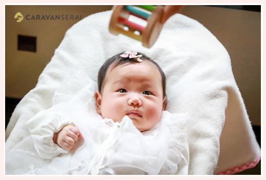 おもちゃをじっと見つめる赤ちゃん