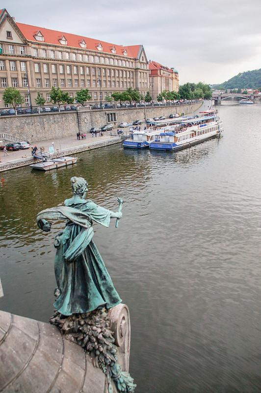 切赫大橋橋墩上女神雕像