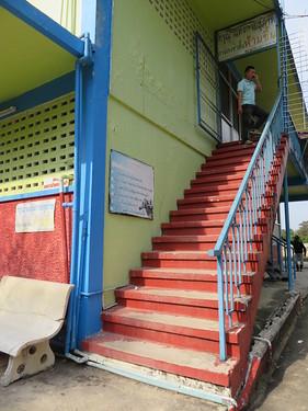チェンマイ競馬場の特観席2階への階段