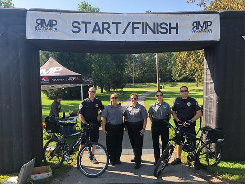 SPD Officers and VIPs work Diamond in the Rough 5K Race