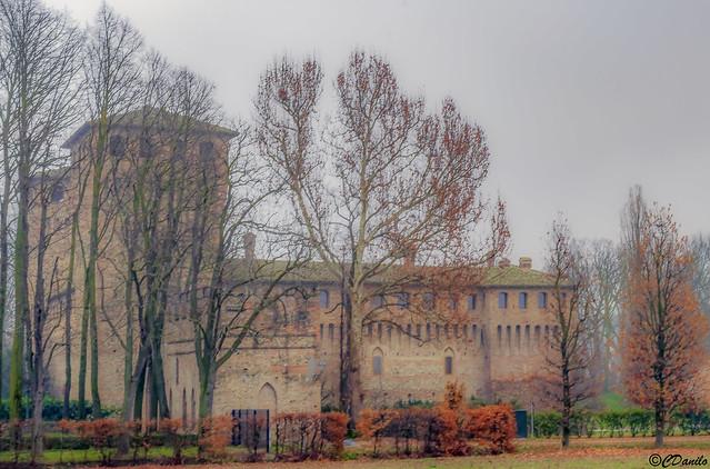 Castelguelfo avvolto dalla nebbia