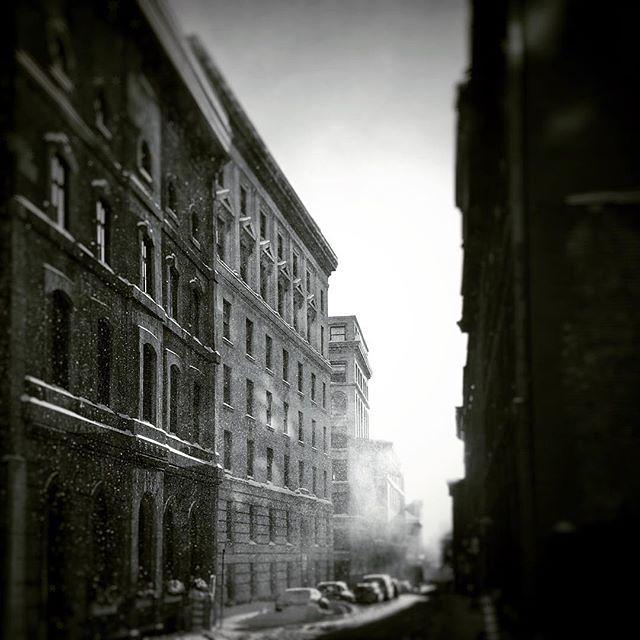 Anecdotes urbaines: L'aube apparu au bout de la rue, aspirant la mystérieuse brume à forme humaine. Mr. W eut le temps de faire une photo de mauvaise qualité #montreal #mtl #oldmontreal #vieuxmontreal #bw #bnw #bnw_city #bnw_one #bnw_dark #bnw_of_our_worl