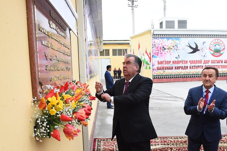 Президент  Таджикистана Эмомали Рахмон открыл  в городе Бустон инновационно-производственное предприятие по выпуску полиэтилена  — ООО «Сугдполитекс»