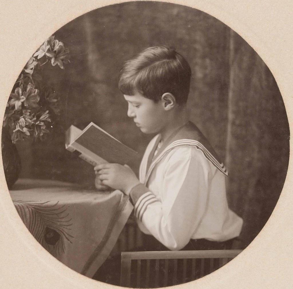 1913. Портрет цесаревича Алексея Николаевича за чтением