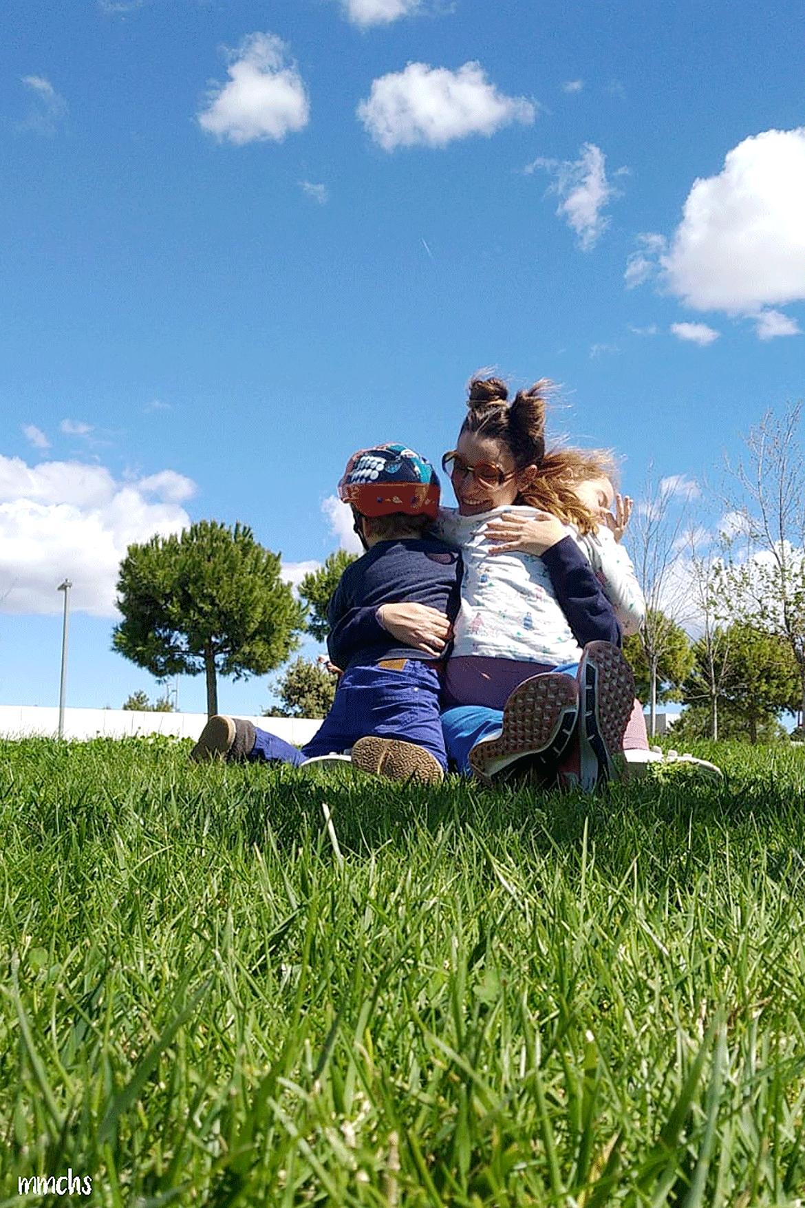 madre e hijos abrazados