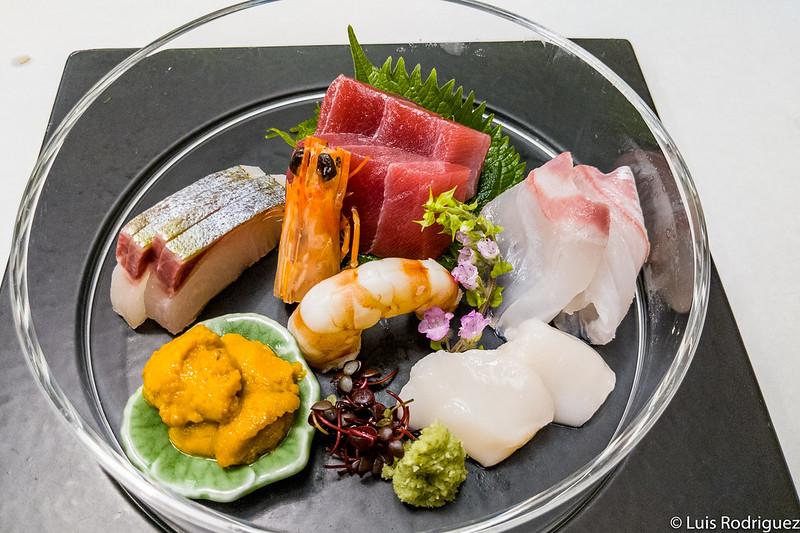 Delicioso sashimi en un hotel tradicional