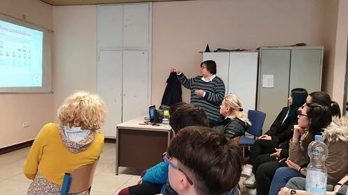 Η πρόεδρος του συλλόγου μας εξηγεί στους μαθητές του Σχολείου τους τύπους μεταλλάξεων που προκαλούν τη νόσο