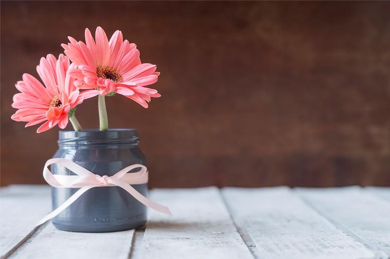 Обои лента, банка, хризантемы, wood, pink, flowers, mug картинки на рабочий стол, раздел цветы - скачать