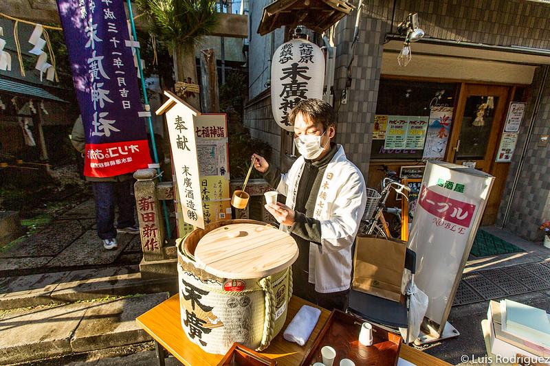 Repartiendo amazake en el exterior del pequeño santuario Suehiro en Año Nuevo