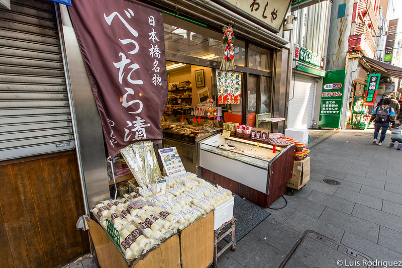 Tiendas tradicionales en la avenida principal de Ningyocho