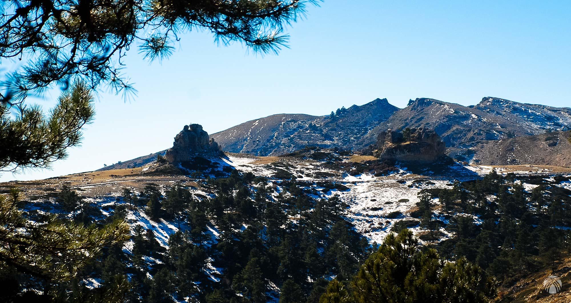 En la zona de cumbres: enfrente vemos el Peñón del Toro y la pista que sube desde el cortijo de las Nogueras