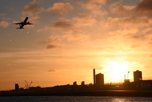 rquk nikon d750 excel royalalbertdock afsnikkor70200mmf28efledvr sunrise plane takeoff silhouette nikond750