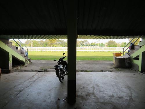 チェンマイ競馬場のスタンドの隅の方