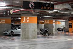 Светлый подземный паркинг с понятной навигацией