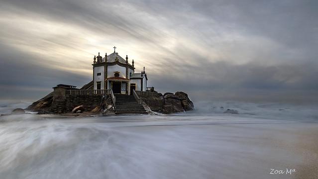 Una capilla en el mar