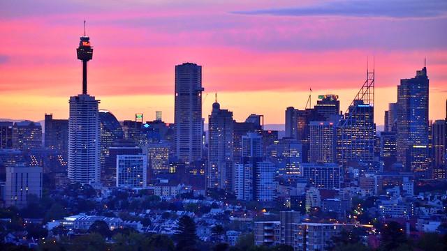 Die Skyline von Sydney im Abendlicht