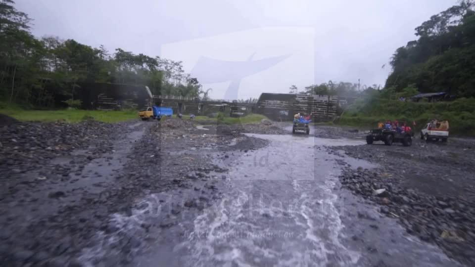 Slowmotion of Jeep at Kalikuning, Merapi