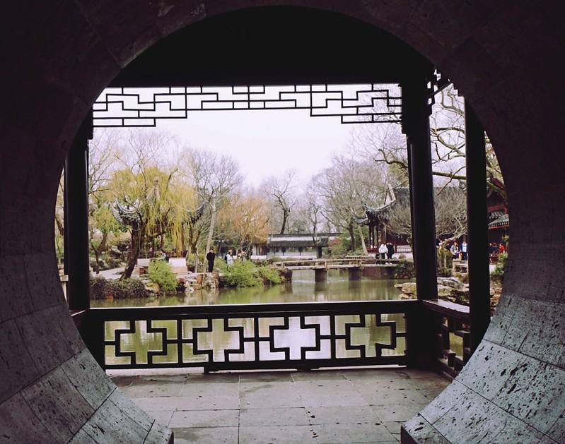 Cổng nhìn ra khu vườn yên tĩnh ở Chuyết Chính Viên
