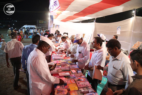 Devotees pickup Nirankari Publication