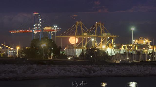 Salida de la luna llena en el puerto de Valencia