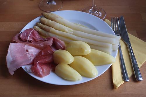 Weißer Spargel vom Markt, Annabell-Kartoffeln, zerlassene Süßrahmbutter und Mild geräucherter Schinken, Prager Schinken sowie Luftgetrockneter Schinken vom Wollschwein auf meinem Teller