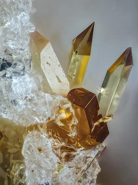 17a_Titanit-prismatisch_Pyroxen_Emmelberg_Eifel__235B_MPlan20_0.86mm_20zu1_4LED