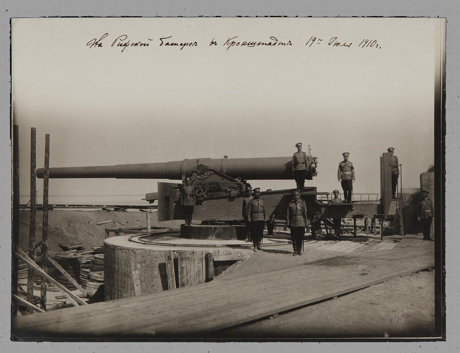 1910. Николай II в сопровождении военных у артиллерийского орудия на Рифской батарее. 19 июля