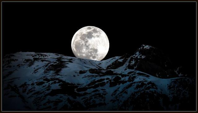 La lune était sereine et jouait sur les flots .. V.Hugo