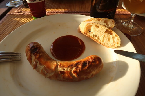Rostbratwurst vom Rind mit Curry Gewürz Ketchup und Baguette