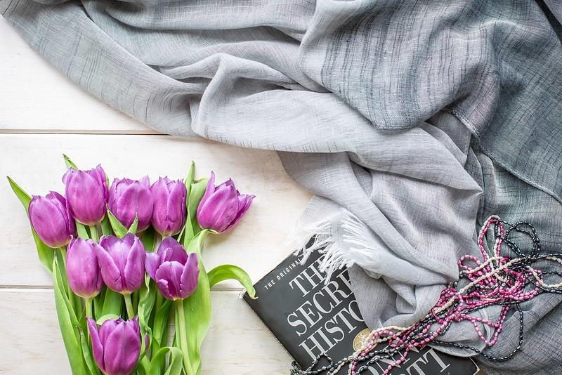Обои ожерелье, тюльпаны, книга, платок картинки на рабочий стол, раздел цветы - скачать
