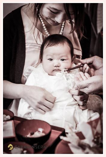 日本のよきしきたり・風習のお食い初め きょとんとする赤ちゃん