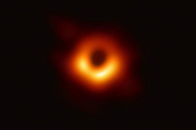 VCSE - A kutatók által kapott első fekete lyuk-sziluett. A kép az EHT-val készült az M87 extragalxis közepén található nagyon nagytömegű fekete lyukról. A 6,5 milliárd naptömegű fekete lyuk meghajlítja a mögötte lévő csillagok, csillagközi gáz fényét. A gyűrűn belül található üres terület a fekete lyuk sziluettje. Ez a nagyon nehezen megkapott kép a fekete lyukak létezésének eddigi legerősebb bizonyítéka. - Forrás: Event Horizon Telescope Collaboration
