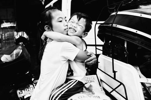 meljoesandiego fuji fujifilm x100f streetphotography children hug candid monochrome philippines