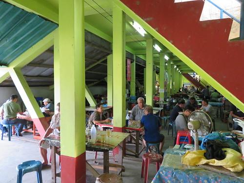 チェンマイ競馬場の観覧席下食堂街