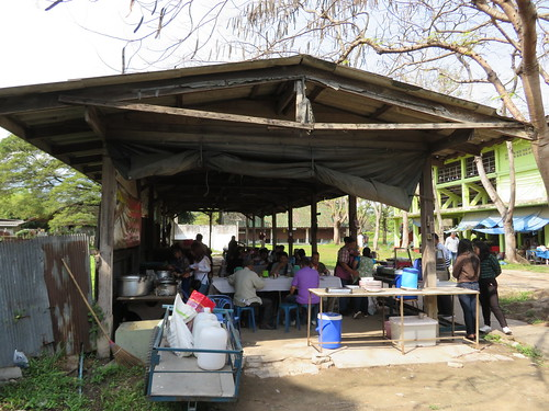 チェンマイ競馬場のスタンド裏手の食堂