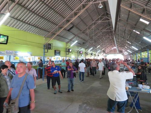 チェンマイ競馬場のスタンド内部