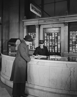 Canadian Pacific Railway information counter, Windsor, Ontario / Comptoir d'information des Chemins de fer nationaux du Canada, Windsor (Ontario)