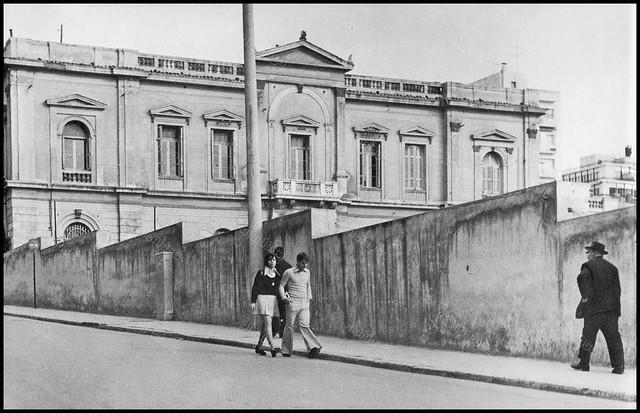 """Ταχυδρομικό Μέγαρο Πειραιά (νυν Δημοτική Πινακοθήκη). Φωτογραφία του Στέλιου Σκοπελίτη από το βιβλίο """"Νεοκλασσικά σπίτια της Αθήνας και του Πειραιά"""" Εκδόσεις """"Δωδώνη"""", Αθήνα, 1975."""