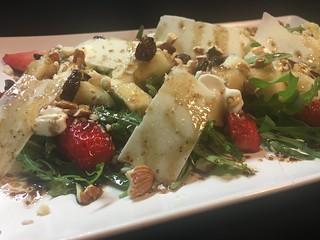 Ensalada de rúcula, pera y fresas, parmesano y aliño de modena y frutos secos con yogur | by mararia66