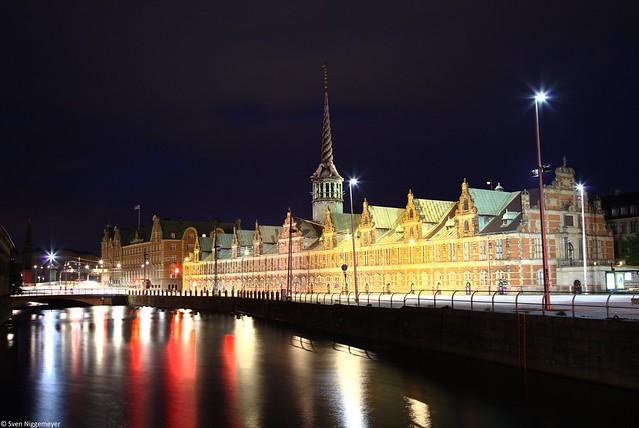 Die alte Börse von Kopenhagen (Børsen). (26.06.17) Nachtaufnahme