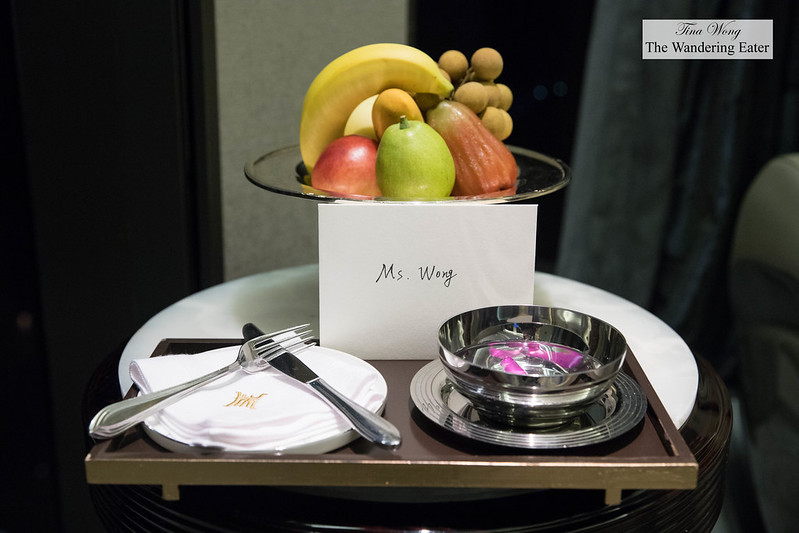Welcoming fruit and note