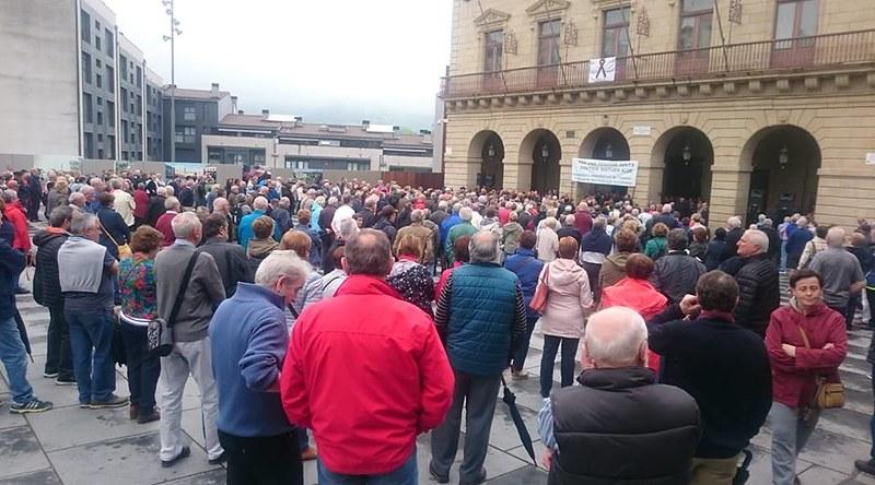 Momento de la concentración de todos los lunes frente al ayuntamiento de Irun
