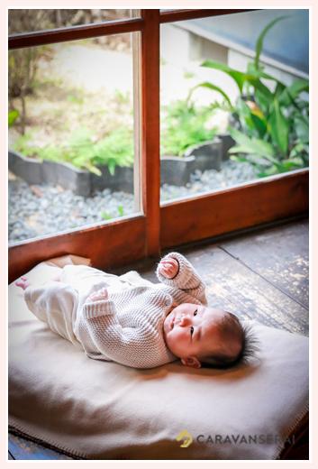縁側で寝転がる赤ちゃん