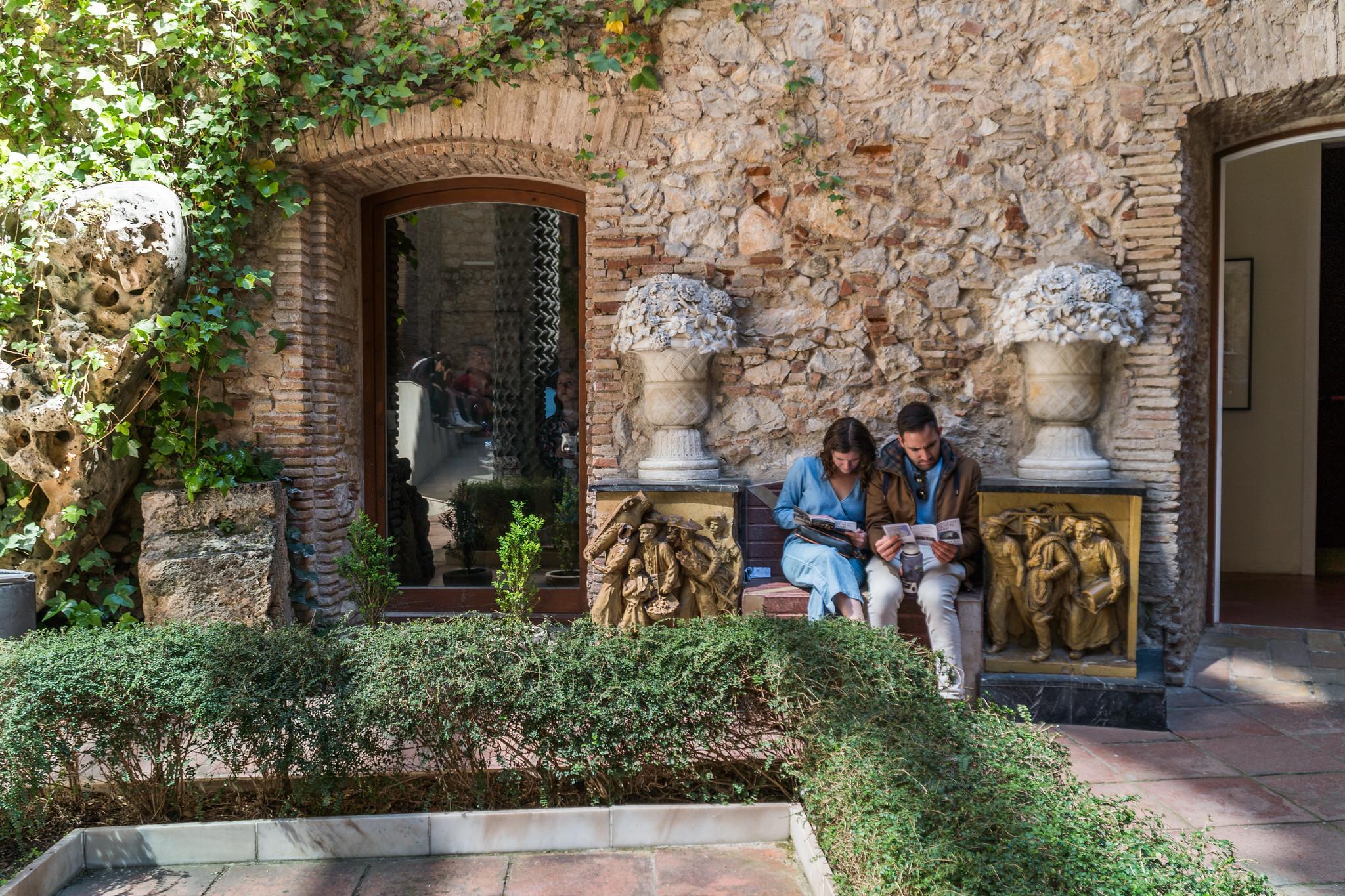 una coppia legge la piantina del museo