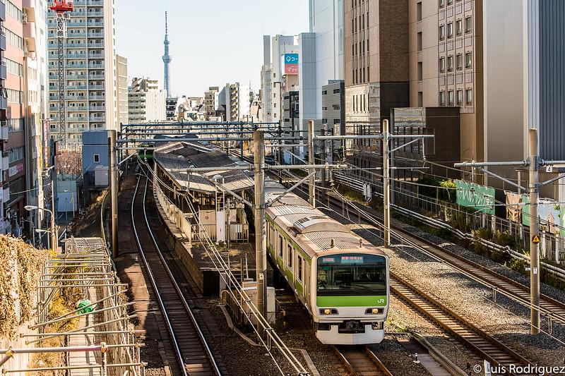 Tren de la línea Yamanote con la torre Tokyo Skytree de fondo