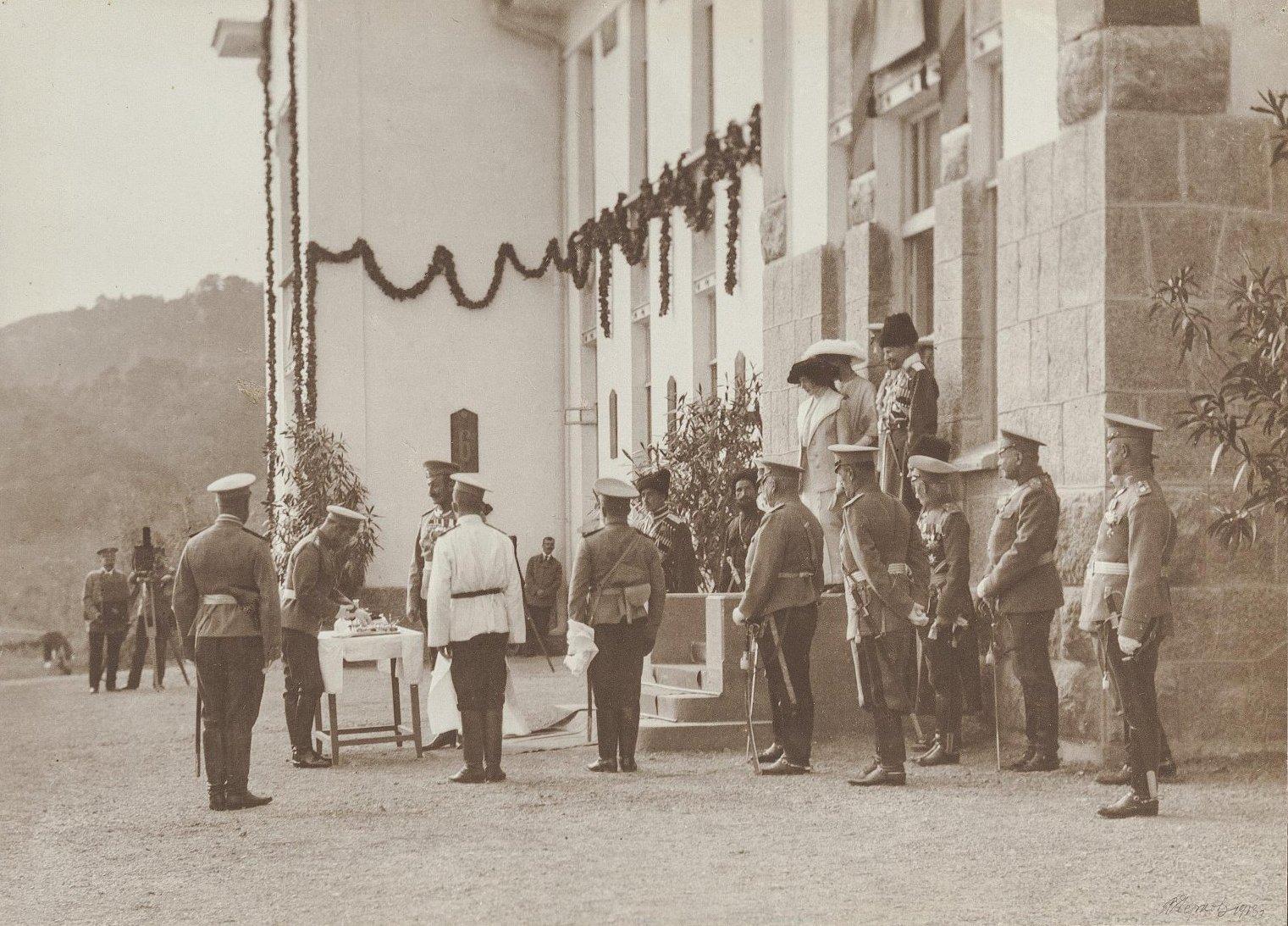 1913. Пребывание Николая II в Ореанде. Николай II у дворца. 24 октября