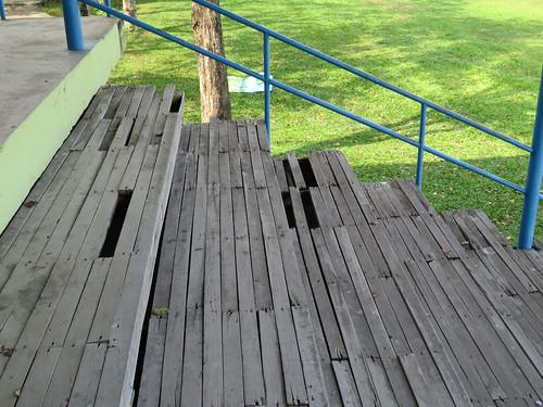 チェンマイ競馬場の踏み抜きそうな床