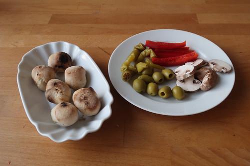 Pizzabrötchen zu Grünen Oliven, milder Pepperoni, roter Paprika und Champignons