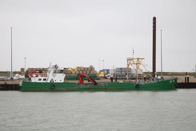 Hooksiel: Niederländischer Muschelkutter YE 23 JANNE, Heimathafen Yerseke (NL), im Vorhafen
