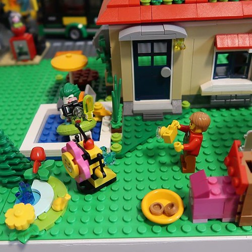 What is going on on in the Frat House? Not sure the joker will ever leave that pool. Looks like he's got a fan or it the paparazzi. Seems there's an odd flower robot cleaning the pond too. https://youtu.be/R3WL54BNt-Y #lego #legocity #legofan #lego_hub #l | by GJBricks